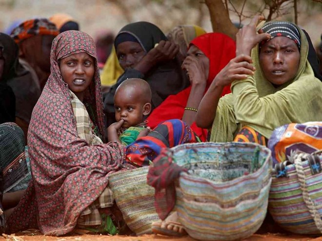 Internally displaced Somali women wait for relief food at a distribution centre organized by a Qatar charity after fleeing from drought stricken regions in Baidoa, west of Somalia's capital Mogadishu, April 9, 2017. /REUTERS