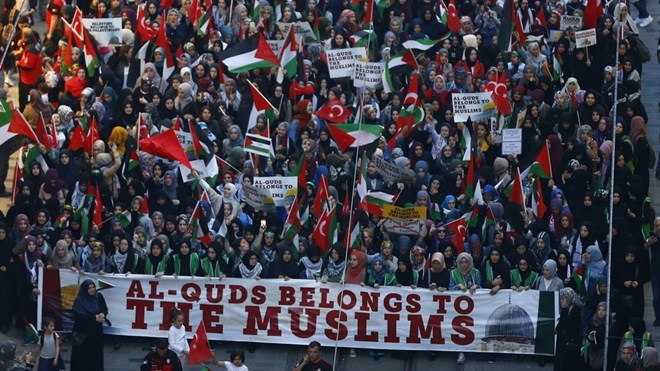 Pro-Islamist demonstrators march during a protest in support of Palestinians and against the U.S. moving its embassy to Jerusalem, in Istanbul, Turkey May 14, 2018. Osman Orsal / Reuters